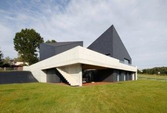 Dom wpisany w otaczający krajobraz
