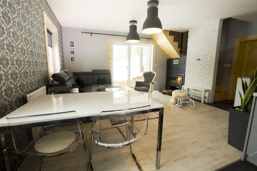 Stół w pokoju w Bacówka Radawa SPA