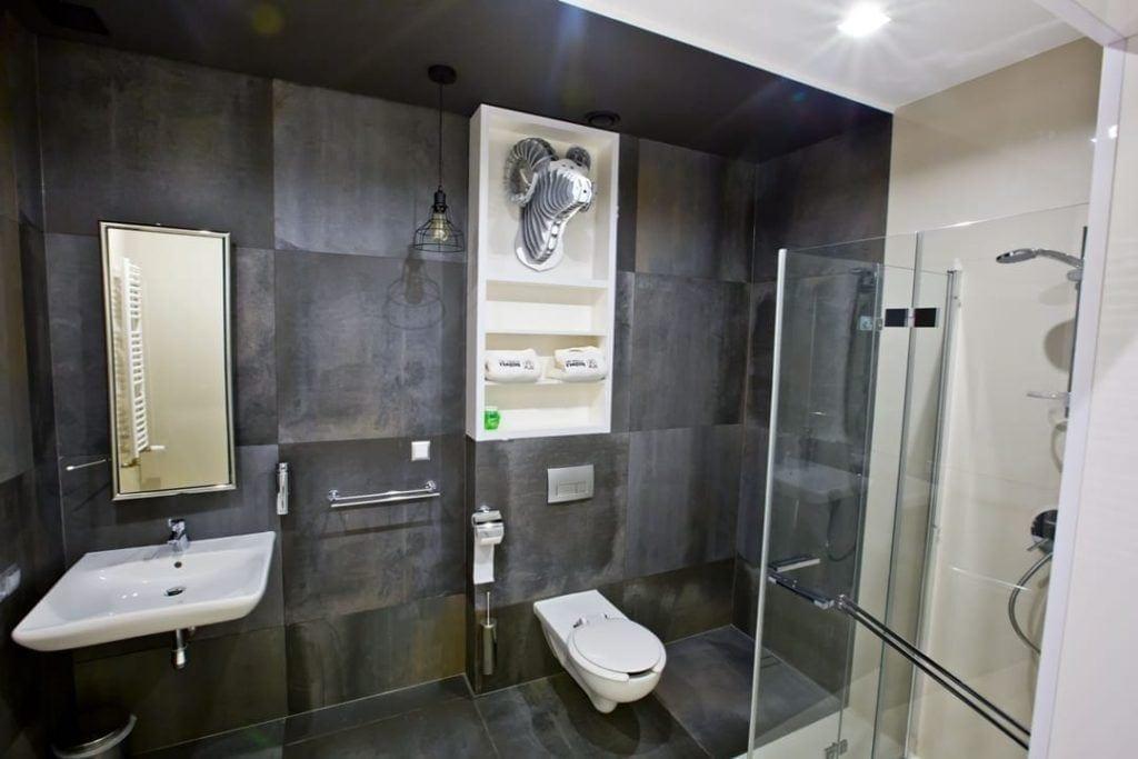 Szara łazienka w Bacówka Radawa SPA