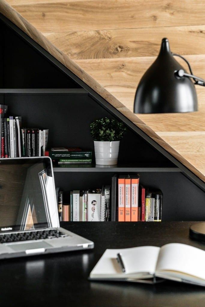 Sypialnia na poddaszu projektu pracowni Raca Architekci - widok na regał z półkami