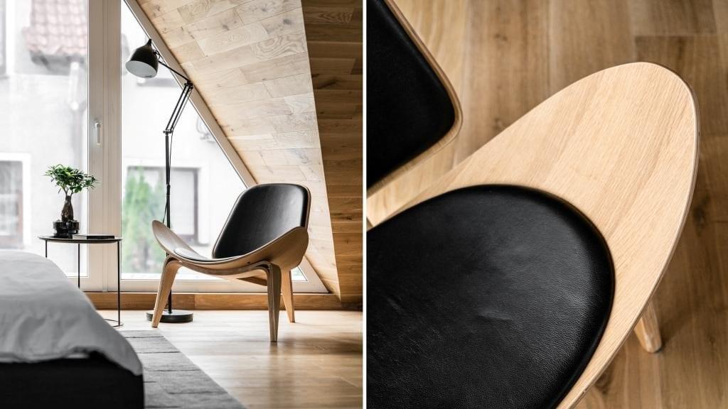Sypialnia na poddaszu projektu pracowni Raca Architekci - drewniane krzesło stojące pod oknem