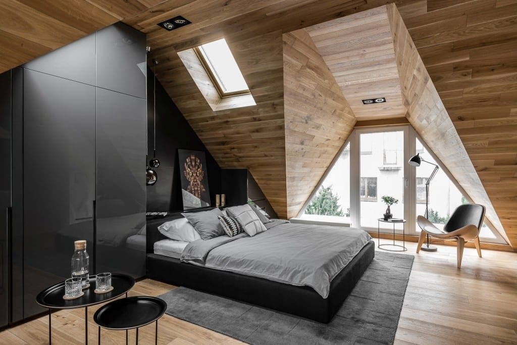 Sypialnia na poddaszu projektu pracowni Raca Architekci - duże łóżko w sypialni