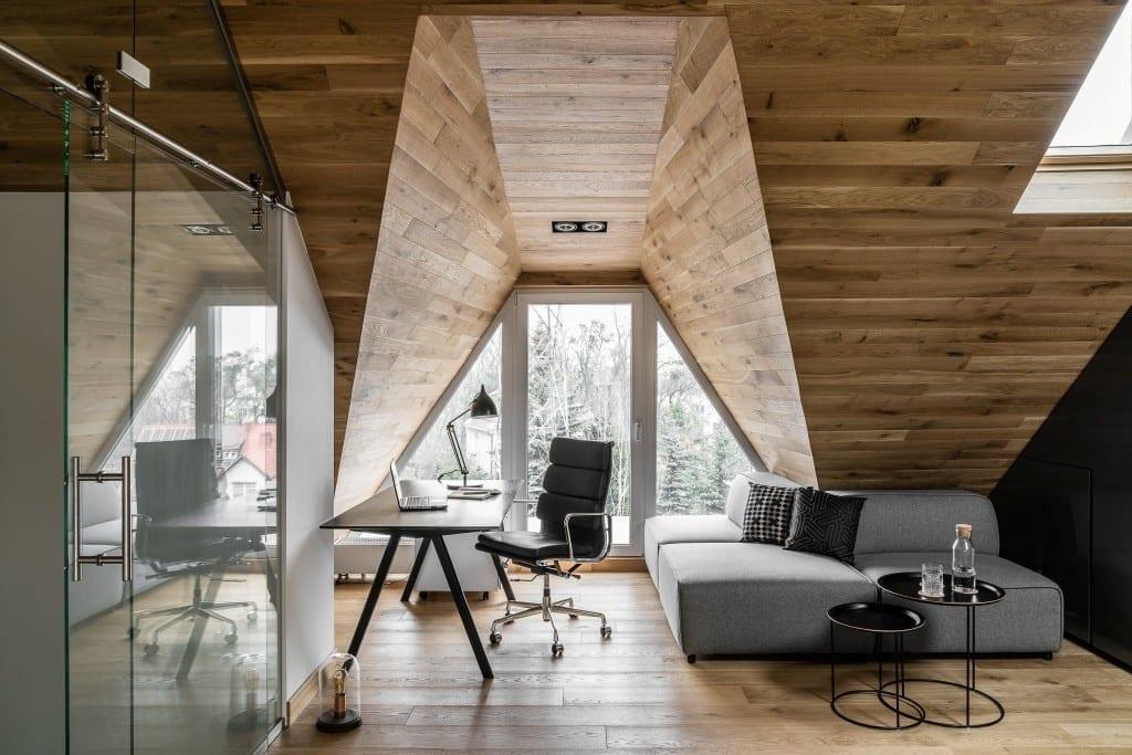 Sypialnia na poddaszu projektu pracowni Raca Architekci - sypialnia z dużym oknem