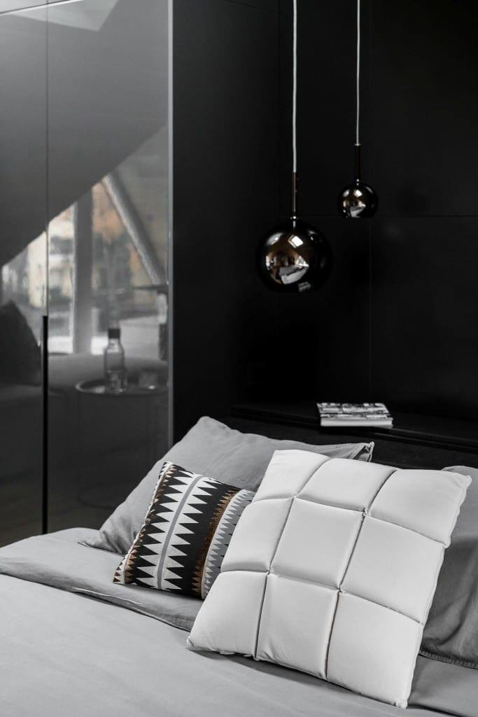 Sypialnia na poddaszu projektu pracowni Raca Architekci - poduszki leżące na łózku