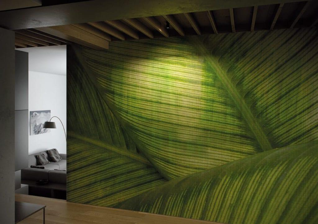 Jasna grafika ścienna z motywem dużych liści monster od włoskiej marki Glamora
