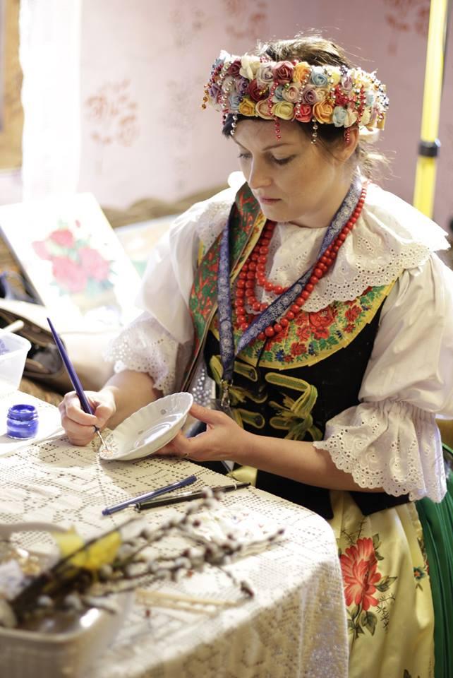 Kobieta w ludowym stroju malująca talerz - Opolskie Dziouchy – czyli jak promować lokalne rękodzieło