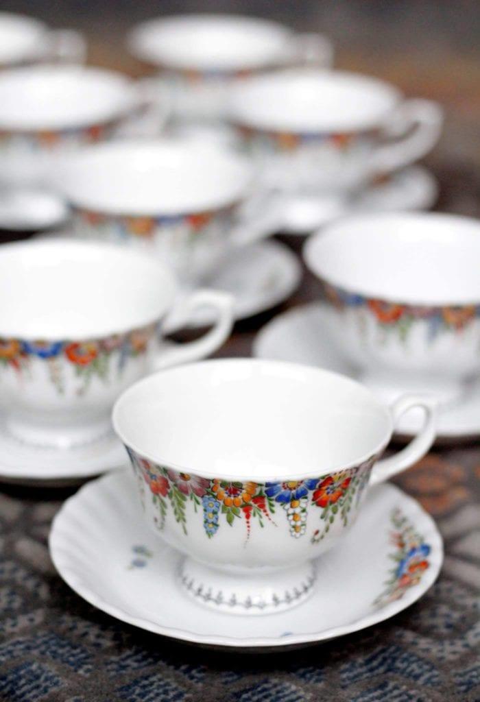 Porcelanowe filiżanki z podstawkami w opolskie wzory - Opolskie Dziouchy – czyli jak promować lokalne rękodzieło