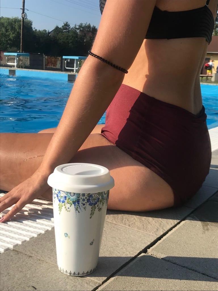 Kobieta przy basenie z kubkiem od Opolskie Dziouchy