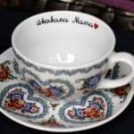 """Porcelanowa filiżanka w kwiatowe wzory z napisem """"Ukochana mama"""" od Opolskie Dziouchy"""