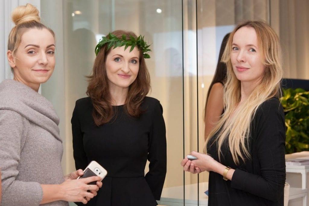 Uczestnicy 12 edycji OKK! Design w Warszawie pozujący do zdjęć