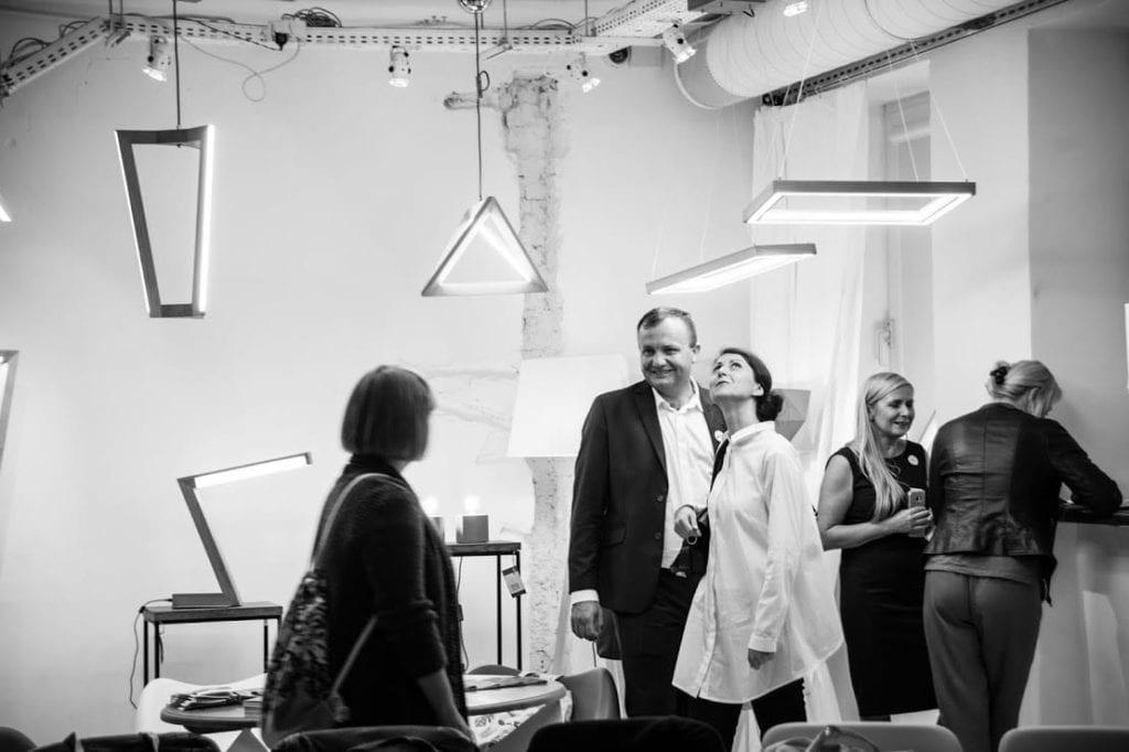 Uczestnicy 12 edycji OKK! Design w Warszawie oglądający wystawę