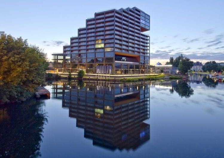 Zręcznie wpisany apartamentowiec w panoramę miasta budynek