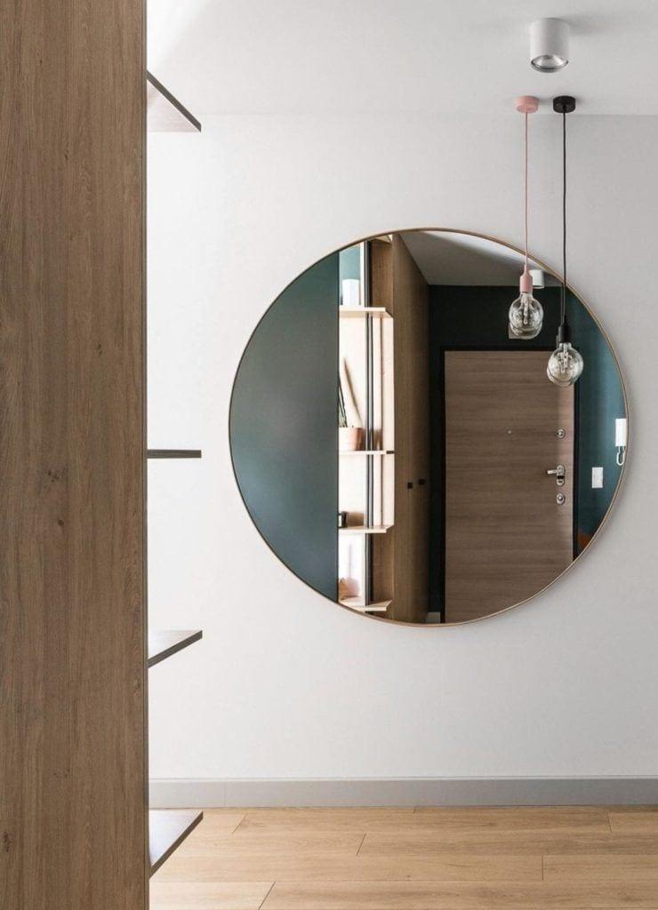 Duże lustro na ścianie w nowoczesnym i przytulnym mieszkaniu projektu Reca Architekci