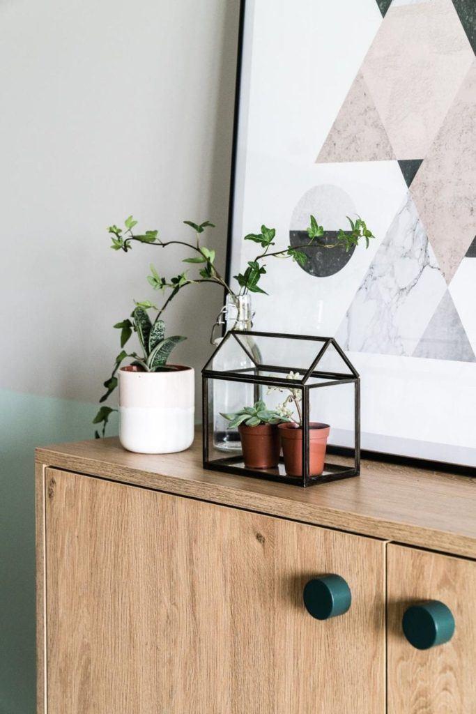 Dekoracja stojąca na komodzie w nowoczesnym i przytulnym mieszkaniu projektu Reca Architekci