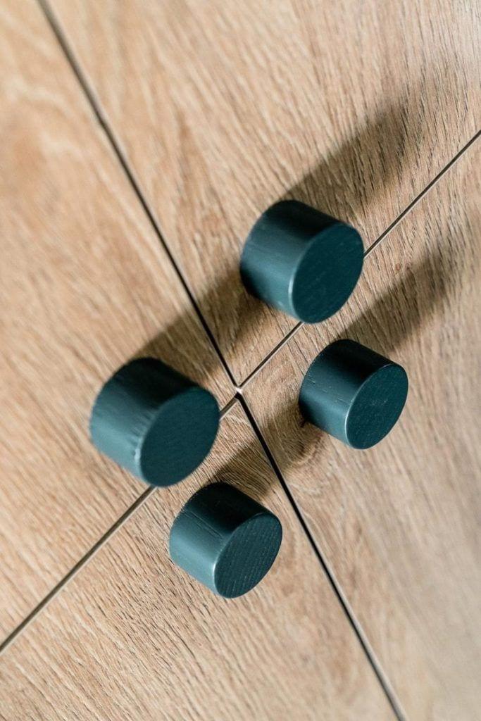 Zielone gałki w meblach w nowoczesnym i przytulnym mieszkaniu projektu Reca Architekci
