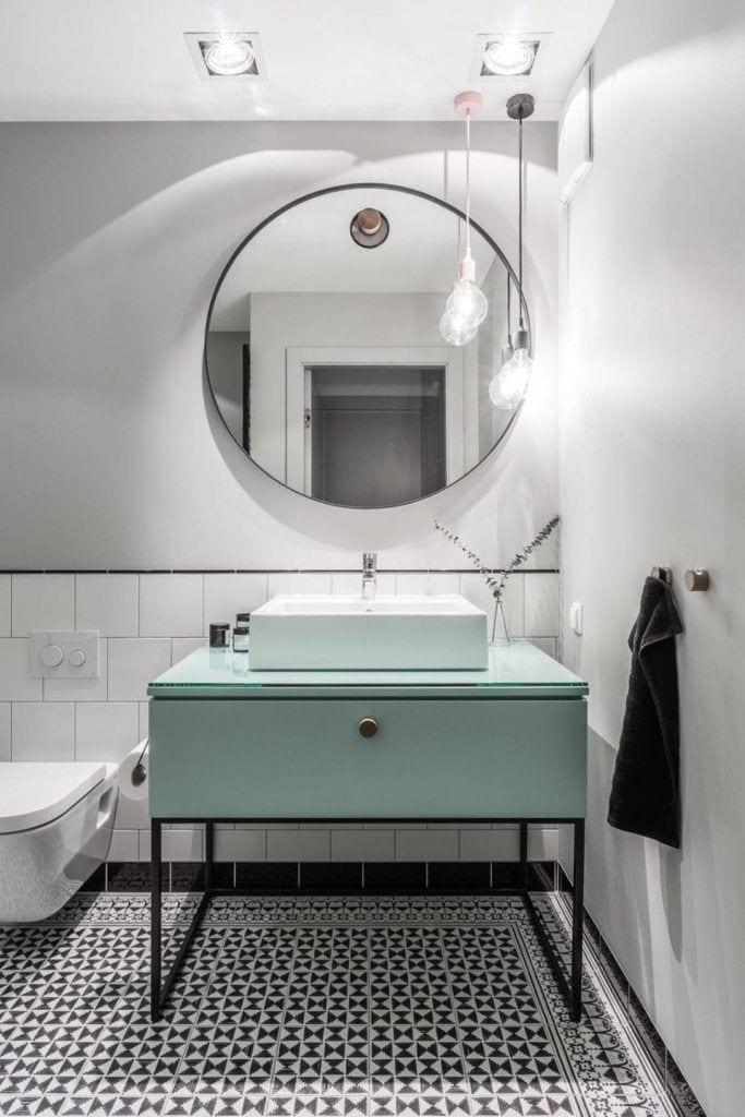 Duże lustro nad umywalką w nowoczesnym i przytulnym mieszkaniu projektu Reca Architekci