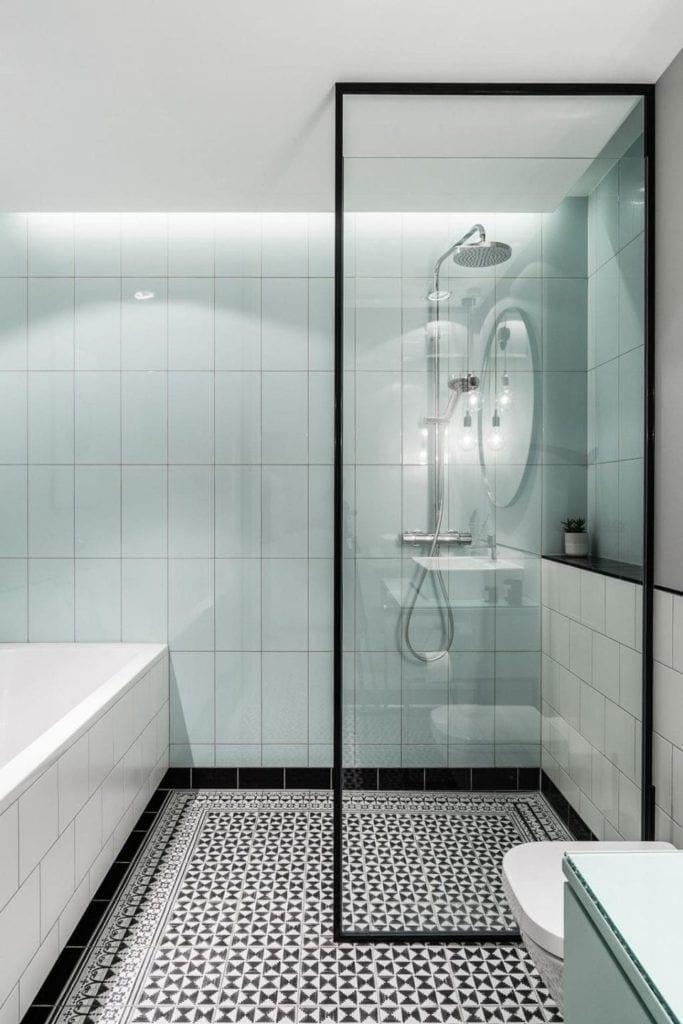 Błękitne płytki w łazience w nowoczesnym i przytulnym mieszkaniu projektu Reca Architekci
