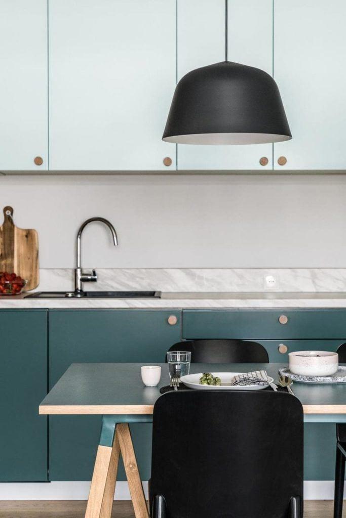 Nowoczesne i przytulne mieszkanie dla pary i kuchnia z zielonymi frontami