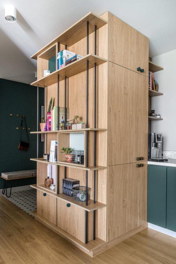 Nowoczesne i przytulne mieszkanie dla pary i drewniana zabudowa na ścianie