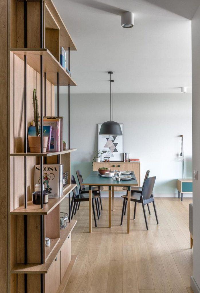 Stół i cztery krzesła w jadalni w nowoczesnym i przytulnym mieszkaniu projektu Reca Architekci