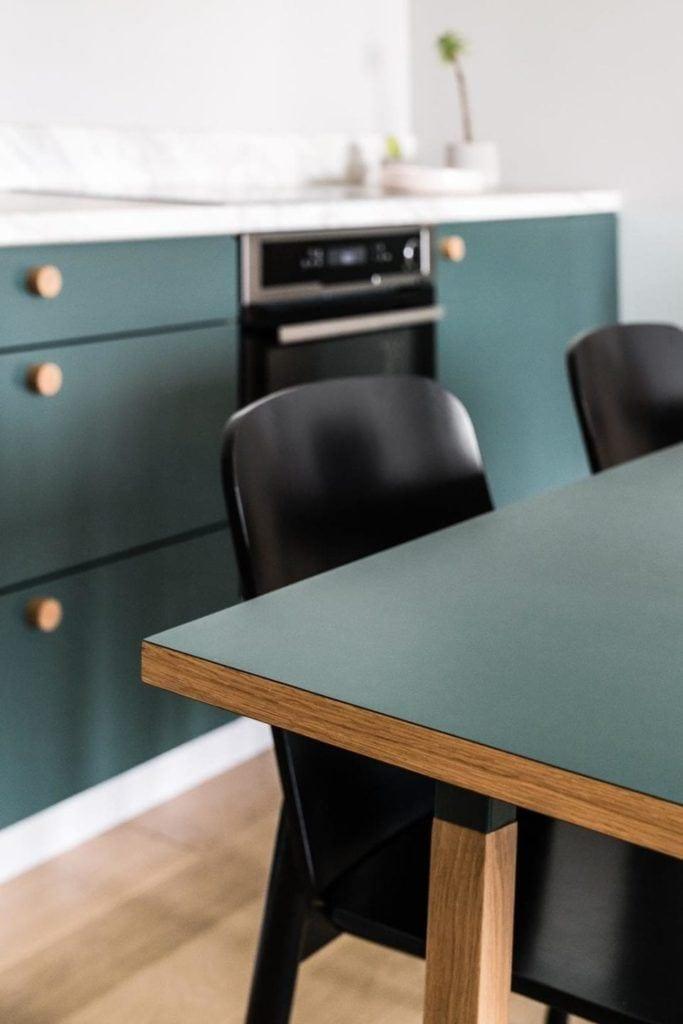 Nowoczesne i przytulne mieszkanie dla pary i zielony stół w jadalni
