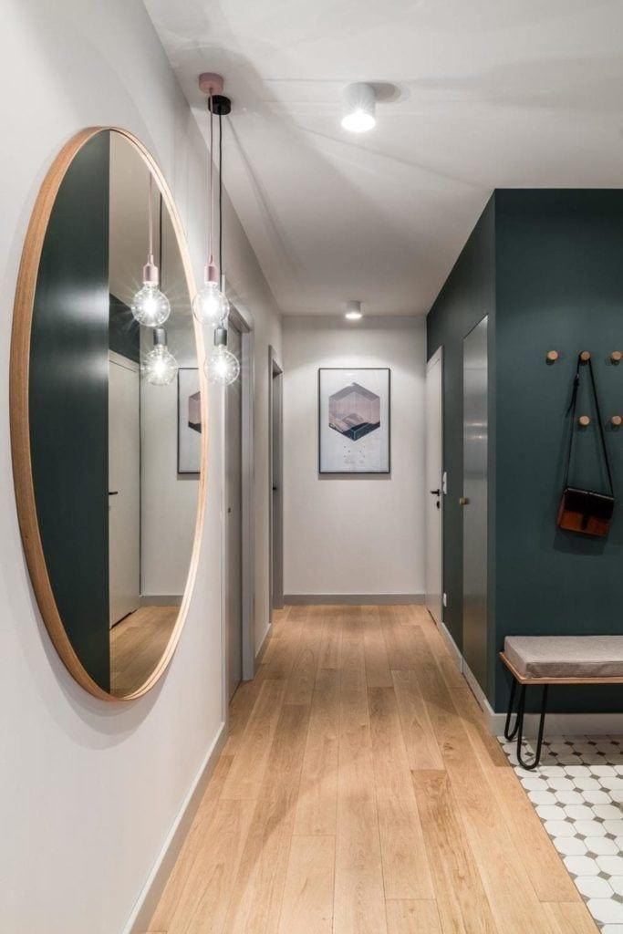 Duże lustro w przedpokoju w nowoczesnym i przytulnym mieszkaniu projektu Reca Architekci