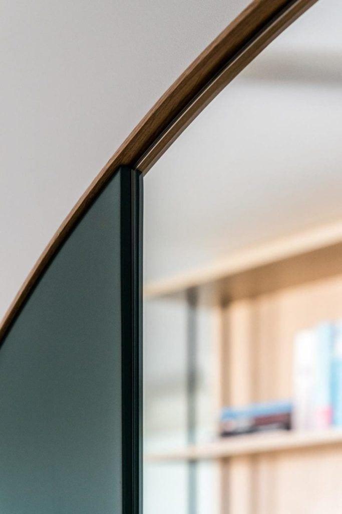 Detal w nowoczesnym i przytulnym mieszkaniu projektu Reca Architekci