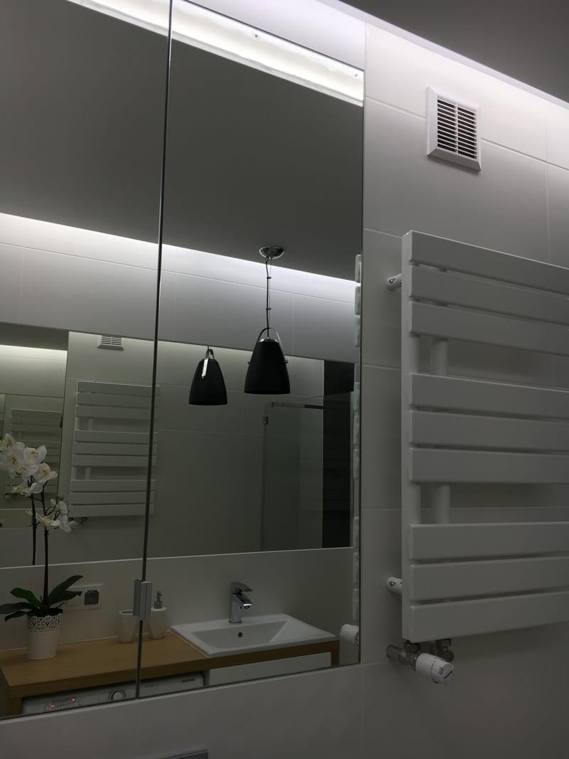 Mała łazienka W Bieli Czerni I Drewnie Pln Design