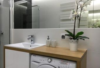 Mała łazienka w bieli, czerni i drewnie