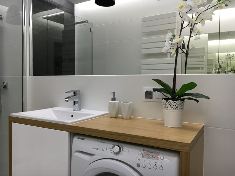 Mała łazienka w bieli, czerni i drewnie - PLN Design
