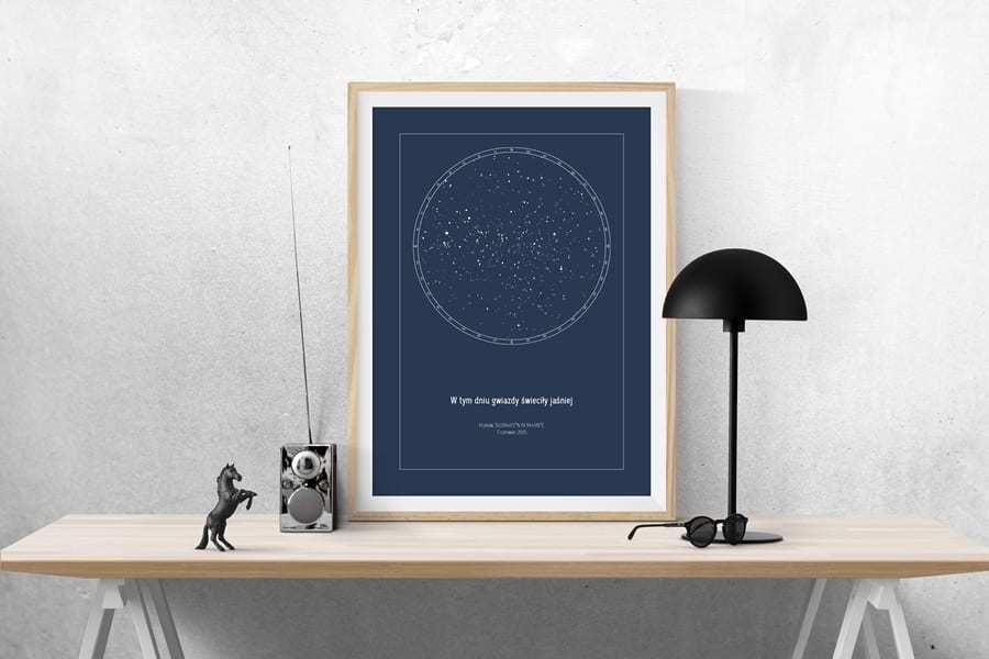 Strellas gwiezdne plakaty z mapą nieba oparte o ścianę w pokoju