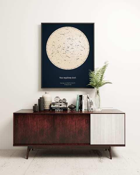 Strellas gwiezdne plakaty z mapą nieba wiszące nad ciemną komoda