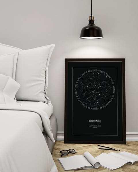 Strellas gwiezdne plakaty z mapą nieba - czarny plakat oparty o ścianę