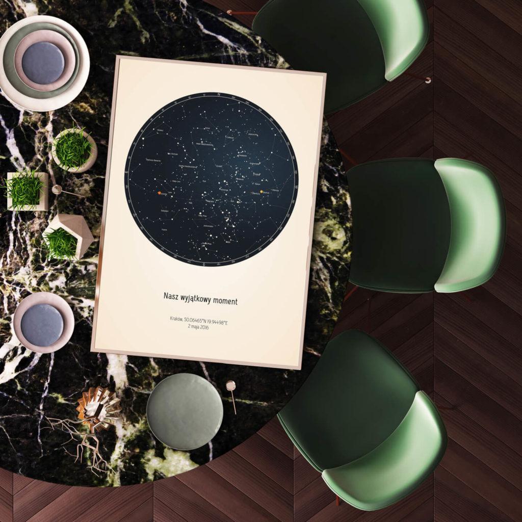 Strellas gwiezdne plakaty z mapą nieba leżące na stole