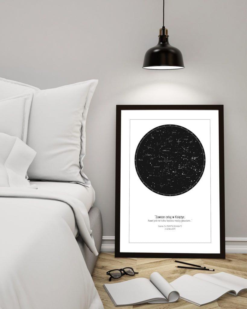 Strellas gwiezdne plakaty z mapą nieba stojące przy łóżku