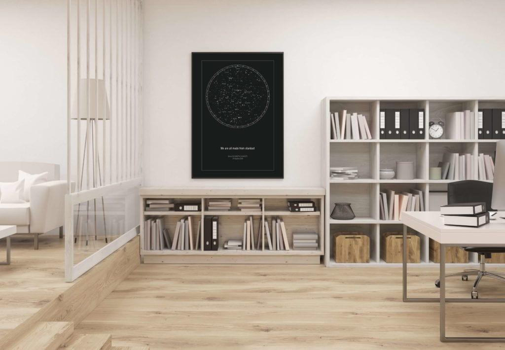 Strellas gwiezdne plakaty z mapą nieba wiszące na ścianie nad półką z książkami