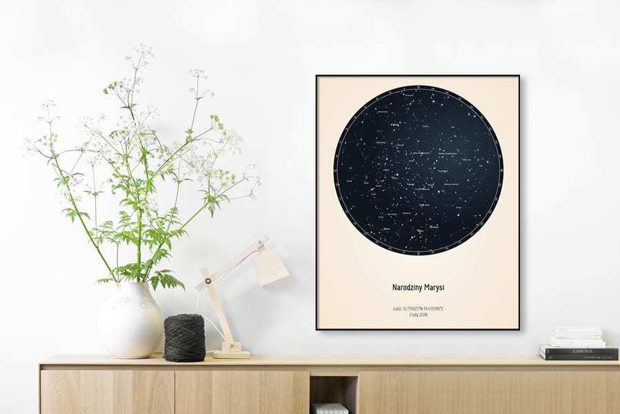 Strellas gwiezdne plakaty z mapą nieba wiszące nad komodą