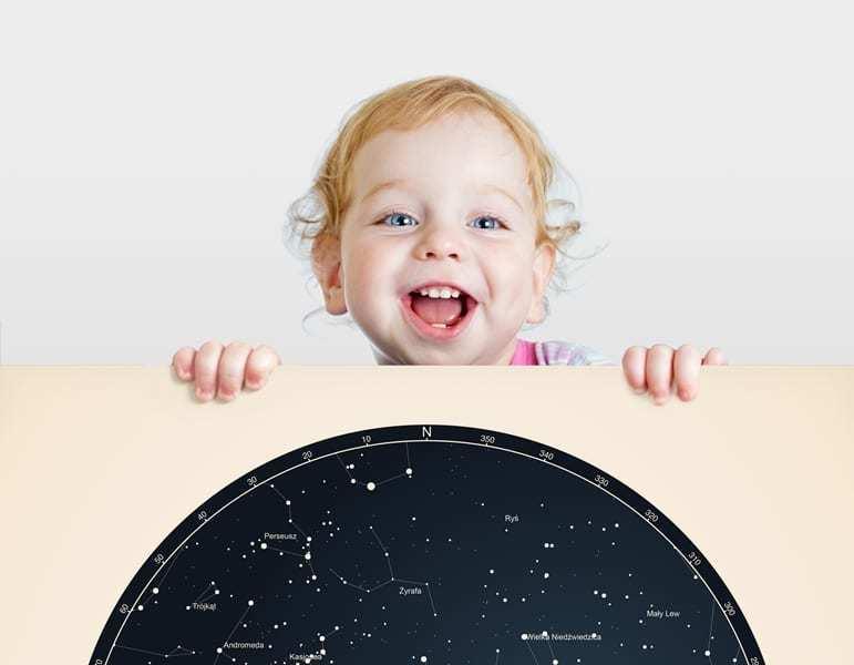 Strellas gwiezdne plakaty z mapą nieba trzymane przez dziecko