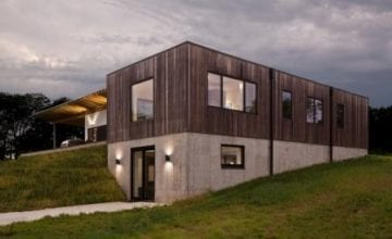 """Dom z """"miedzianego drewna"""" od HAUS Architects"""