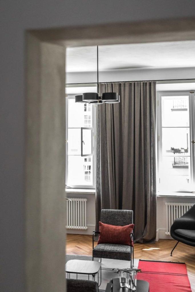 Piękne mieszkanie w zabytkowej kamienicy projektu Loft Kolasiński. Przestronny salon w kamienicy.