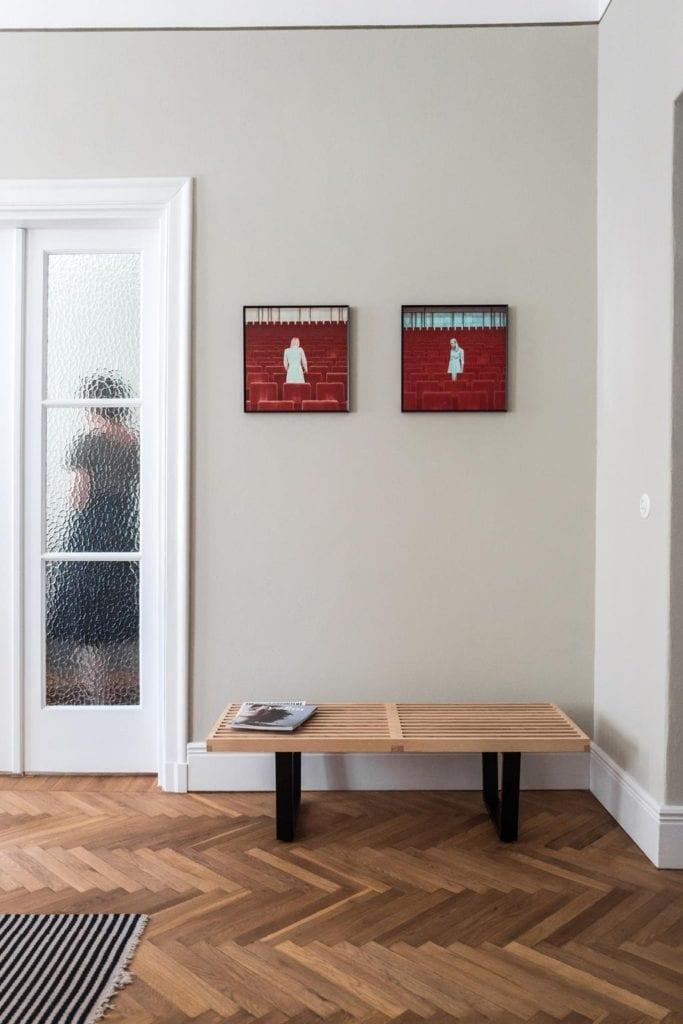 Piękne mieszkanie w zabytkowej kamienicy projektu Loft Kolasiński. Dwa obrazy wiszące na ścianie.