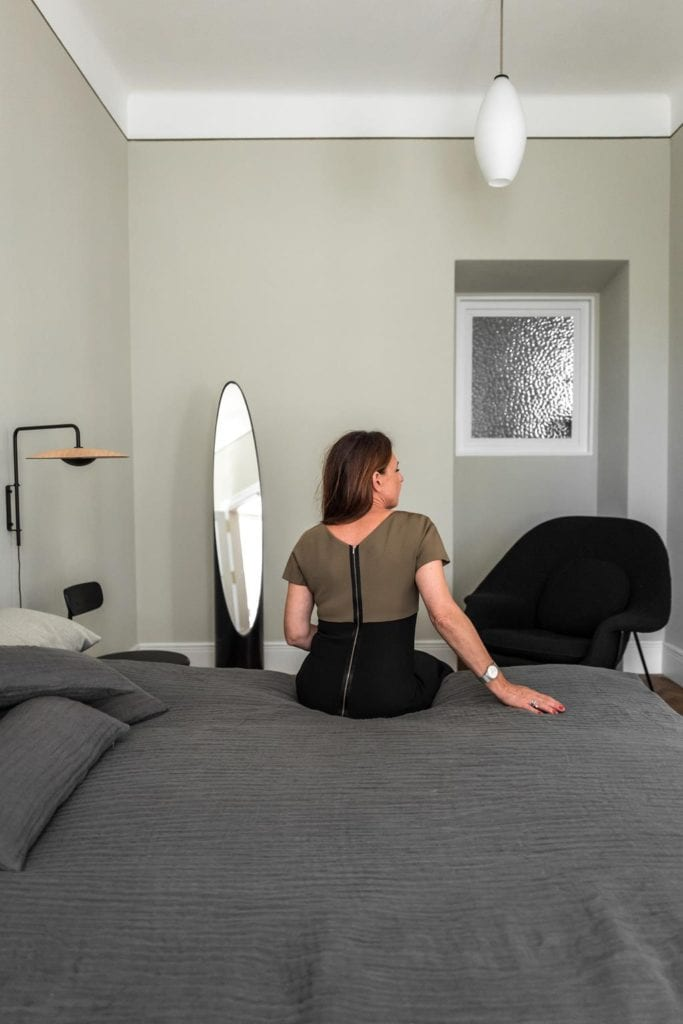 Piękne mieszkanie w zabytkowej kamienicy projektu Loft Kolasiński. Sypialnia w kamienicy.
