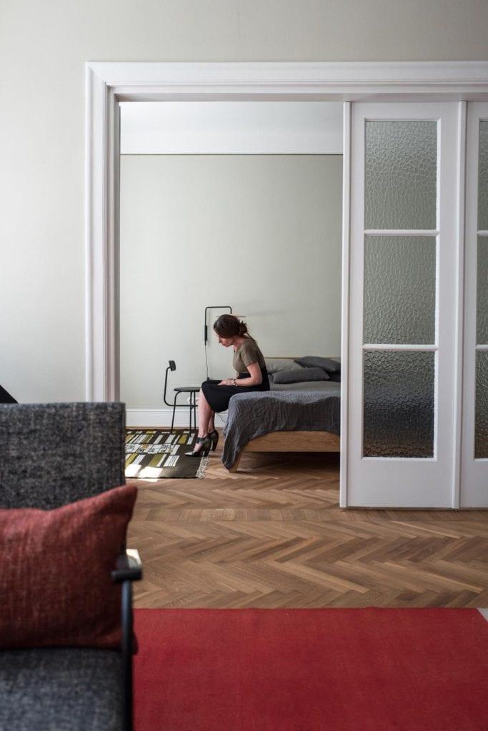 Piękne mieszkanie w zabytkowej kamienicy projektu Loft Kolasiński. Duża sypialnia w kamienicy.
