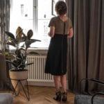 Piękne mieszkanie w zabytkowej kamienicy projektu Loft Kolasiński. Kwietnik stojący w salonie.