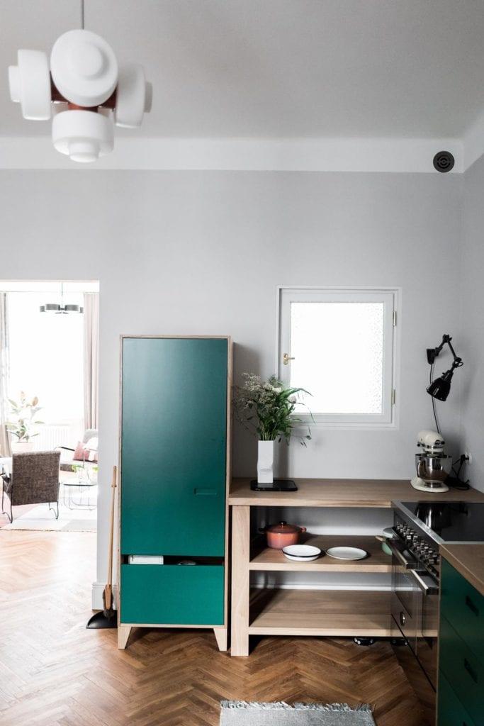 Piękne mieszkanie w zabytkowej kamienicy projektu Loft Kolasiński. Szafka z zielonymi drzwiami.