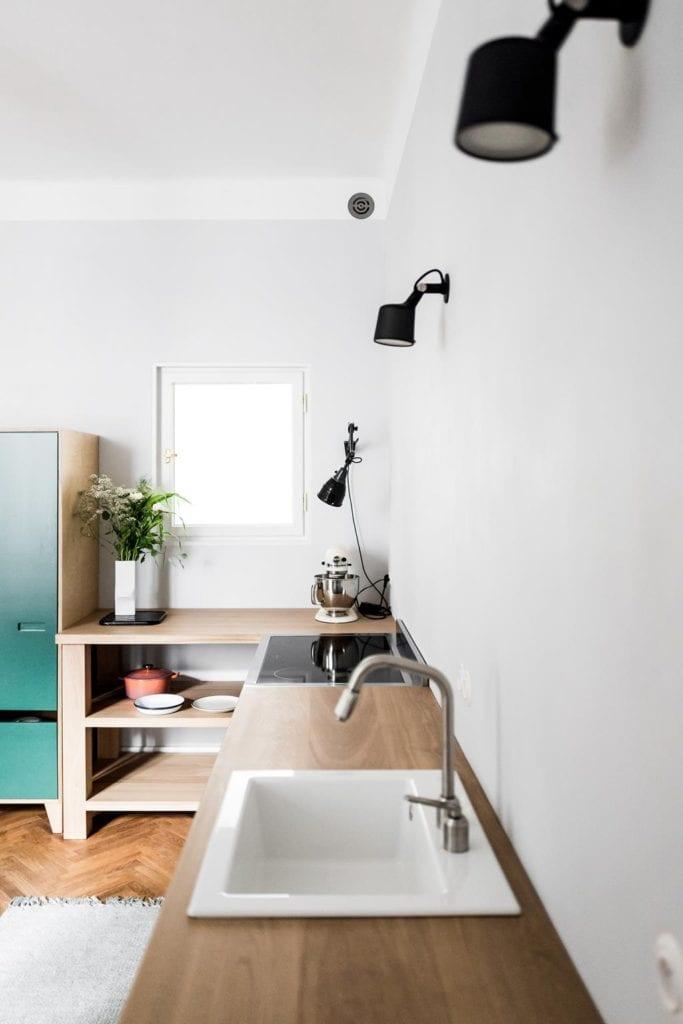 Piękne mieszkanie w zabytkowej kamienicy projektu Loft Kolasiński. Przestronna kuchnia.