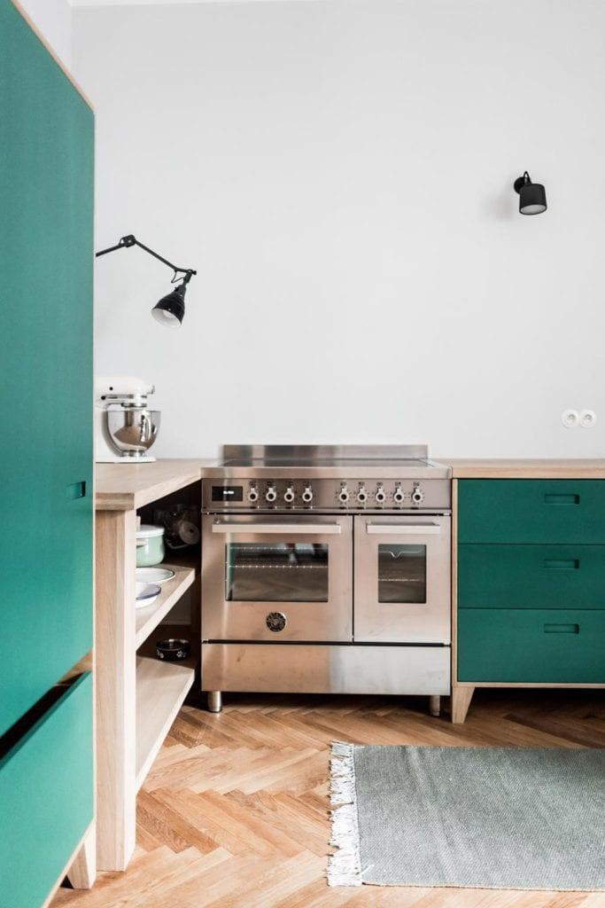 Piękne mieszkanie w zabytkowej kamienicy projektu Loft Kolasiński. Kuchenka w kuchni w kamienicy.