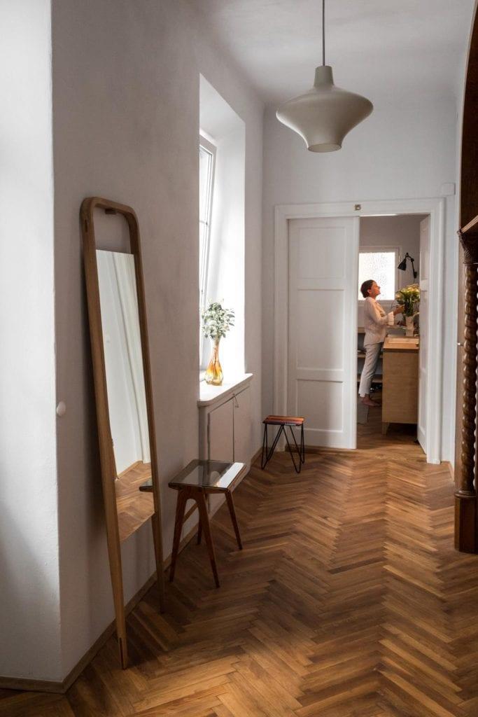 Piękne mieszkanie w zabytkowej kamienicy projektu Loft Kolasiński. Przedpokój z drewnianym parkietem.