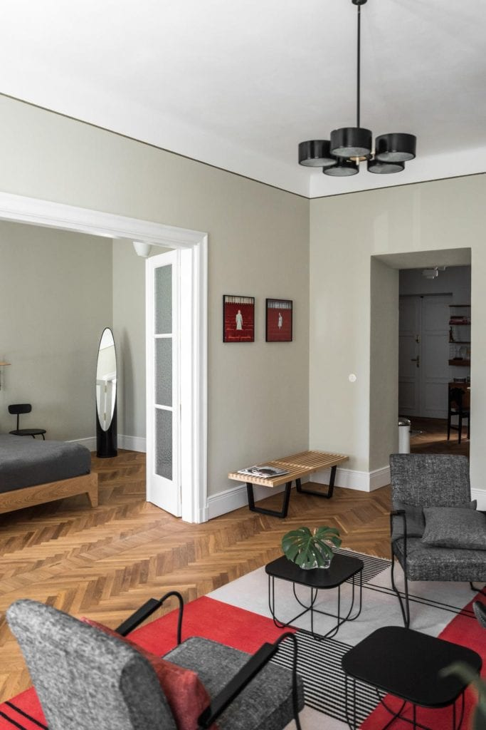 Piękne mieszkanie w zabytkowej kamienicy projektu Loft Kolasiński. Duży salon i sypialnia z dużym łóżkiem.