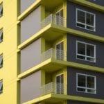 Elewacja z żółtymi detalami w projekcie Silp Architects
